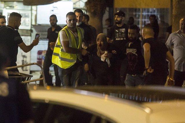 Una mujer herida en los enfrentamientos entre palestinos y Policía de Israel en la jornada del viernes por la noche que dejo al menos 200 palestinos y 20 policías heridos.