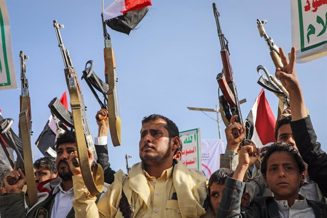 Archivo - 26 March 2021, Yemen, Sanaa: Houthi supporters hold weapons during a rally marking the sixth anniversary of the launch of the Saudi-led coalition's military intervention in the country. Photo: Hani Al-Ansi/dpa
