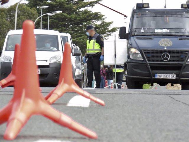 Archivo - Arxiu - Un policia nacional, en un control a la frontera amb França, a Irun, Euskadi (Espanya), 30 de març del 2021. Segons una ordre del Butlletí Oficial de l'Estat (BOE), els passatgers procedents de França han de mostrar una prova diagnòstica