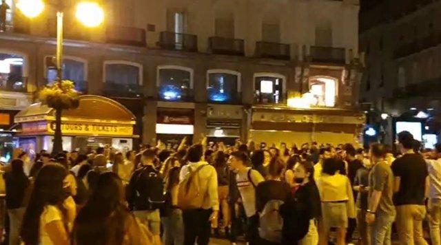 Aglomeraciones de persnas esta noche en distintos puntos de Madrid para celebrar el fin del estado de alarma