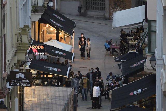 Terrazas de bares de A Coruña el mismo día en que entran en vigor nuevas medidas en la hostelería gallega, a 8 de mayo de 2021, en A Coruña, Galicia, (España)