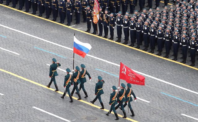 HANDOUT - 09 May 2021, Russia, Moscow: Russian soldiers march during the Victory Day Military Parade in Red Square to mark the 76th anniversary of the Victory in the Great National War of 1941-1945. Photo: -/Kremlin/dpa - ATTENTION: editorial use only and