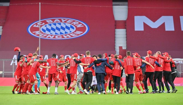 08 May 2021, Bavaria, Munich: Munich players and staff members celebrate winning the Bundesliga title after the final whistle of the German Bundesliga soccer match between Bayern Munich and Borussia Moenchengladbach at the Allianz Arena. Photo: Peter Knef