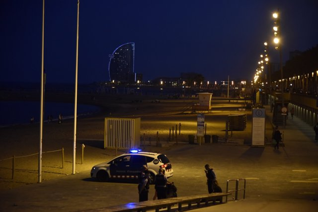 Mossos d'Esquadra en la playa de Barcelona la última noche de toqueda de queda en Barcelona
