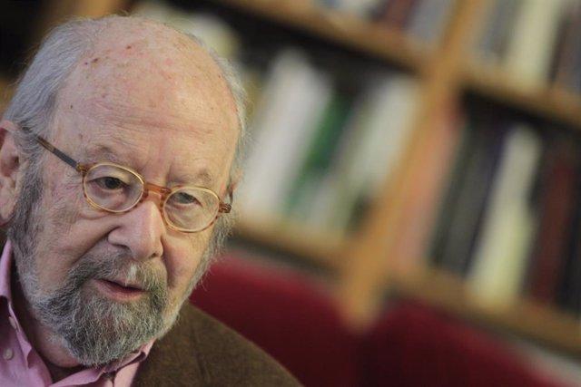 Archivo - Caballero Bonald publica el poemario Desaprendizajes