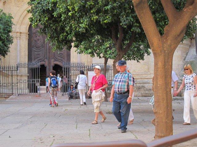 Archivo - Turistas mayores en la ciudad de Málaga en una imagen de archivo