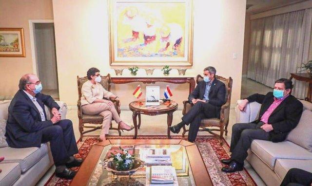 La ministra de Asuntos Exteriores, Unión Europea y Cooperación de España, Arancha González Laya, en una reunión con el presidente de Paraguay, Mario Abdo Benítez