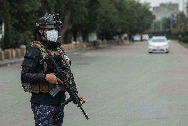 Archivo - Un soldado de Irak durante la pandemia de coronavirus
