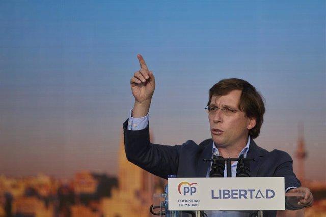 El alcalde de Madrid, José Luis Martínez-Almeida interviene en el último acto de campaña del partido, en el barrio de Salamanca, a 2 de mayo de 2021, en Madrid (España). El PP pone fin a su campaña electoral en el barrio de Salamanca, principal feudo de l