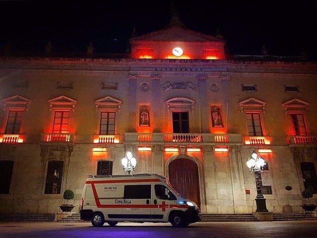 La façana de l'ajuntament de Tarragona il·luminada en commemoració de Creu Roja