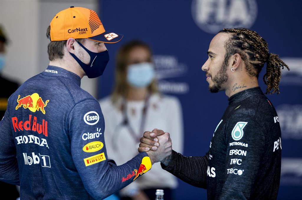 Hamilton y la estrategia de Mercedes frustran a Verstappen en Montmeló