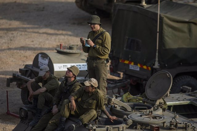 Archivo - 27 March 2019, Israel, Sderot: Israeli soldiers sit on top of an armoured vehicle deployed near the Israel-Gaza border. Photo: Ilia Yefimovich/dpa