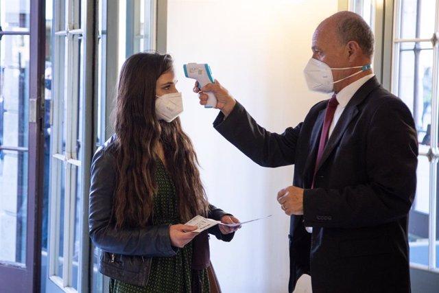 Una persona es sometida a un control de temperatura a su entrada al Teatro Argentina, en Roma