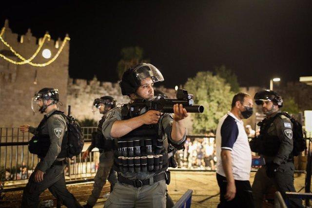 Efectius de la Policia israeliana durant els enfrontaments amb manifestants palestins a Jerusalem aquest