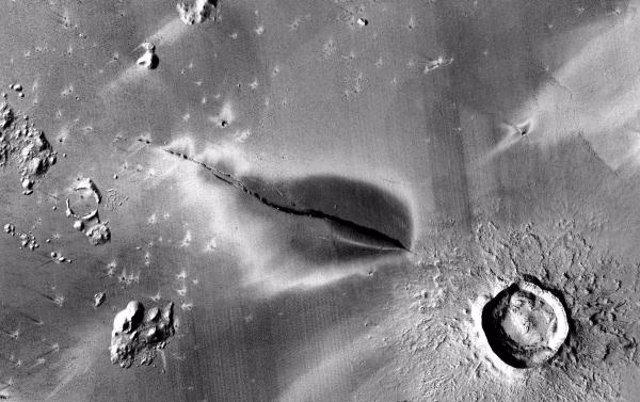 Depósito volcánico explosivo reciente alrededor de una fisura del sistema Cerberus Fossae.