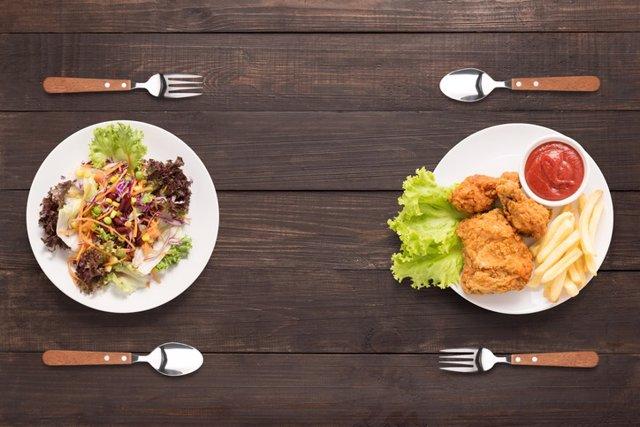 Archivo - Vegetariano, carne, filete de pollo. Comer, comida, ensalada.