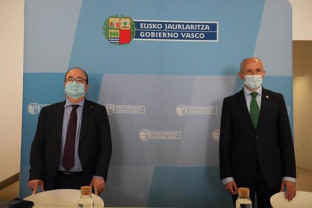 El ministro de Política Territorial y Función Pública, Miquel Iceta (i) y el vicelehendakari y consejero de Seguridad, Josu Erkoreka (d) posan antes de la Comisión Mixta de Transferencias , a 10 de mayo de 2021, en Bilbao, Euskadi