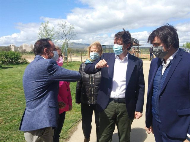 Mañueco saluda al presidente de la Diputación de Soria (I) junto al consejero de Medio Ambiente (D).