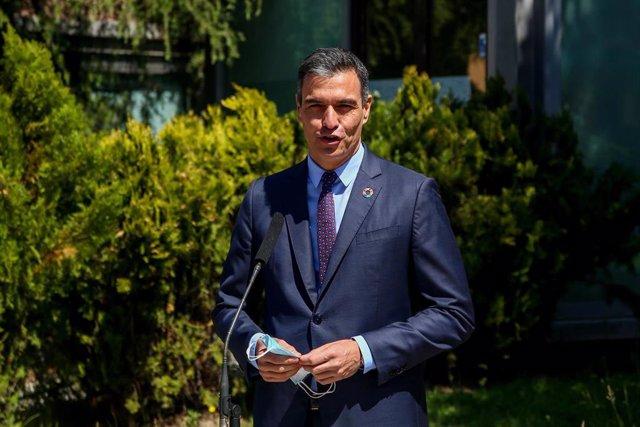 El secretario general del PSOE y presidente del Gobierno, Pedro Sánchez, ofrece declaraciones a los medios de comunicación tras ejercer su derecho a voto en el Centro Cultural Volturno, a 4 de mayo de 2021, en Pozuelo de Alarcón, Madrid (España)
