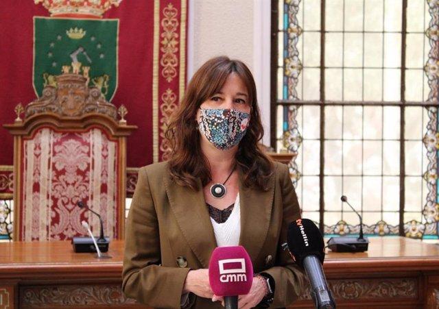 La consejera de Igualdad, Blanca Fernández, en su visita a Hellín,