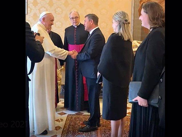 El presidente de Castilla-La Mancha, Emiliano García-Page, con el Papa en El Vaticano