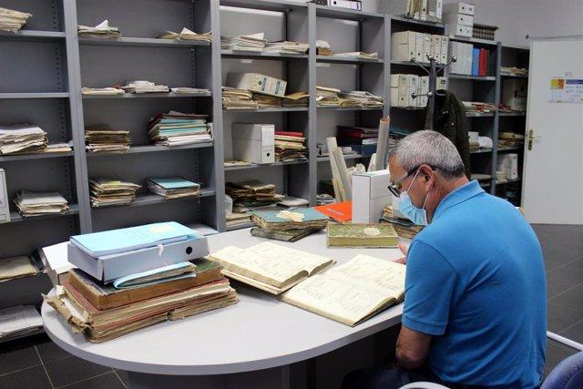 El Ayuntamiento recupera dos libros con los nacimientos registrados en Estepona durante el reinado de Isabel II