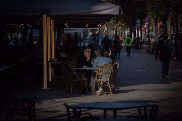 Archivo - Arxiu - Diverses persones en una terrassa a Barcelona.