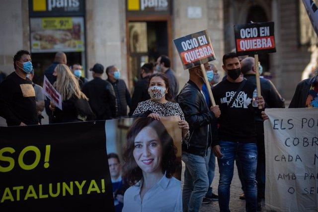 Un centenar de treballadors de l'oci nocturn català protesten a la plaça Sant Jaume de Barcelona per demanar la reobertura del sector