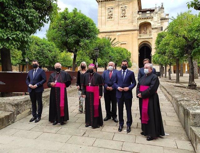 Moreno (2º dcha.), entre el deán del Cabildo y el nuncio del Papa en España (centro), junto al alcalde y el obispo de Córdoba (izda.) y con los consejeros de Cultura y Salud (detrás), en el Patio de los Naranjos de la Mezquita.