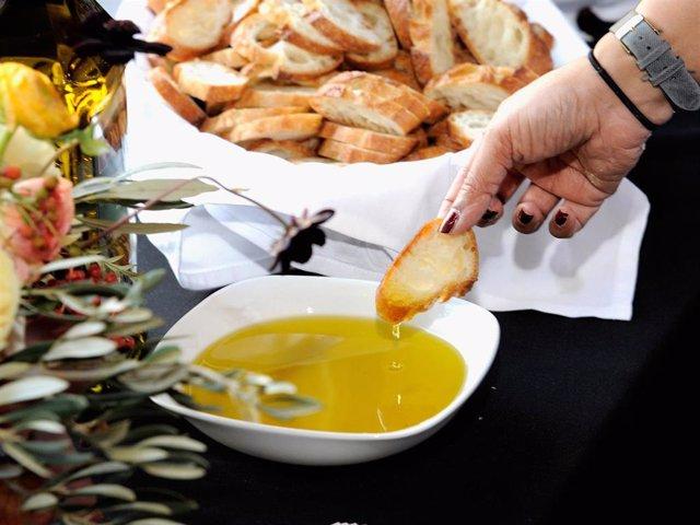 Archivo - El aceite de oliva virgen extra es un auténtico aliado para nuestra salud y bienestar