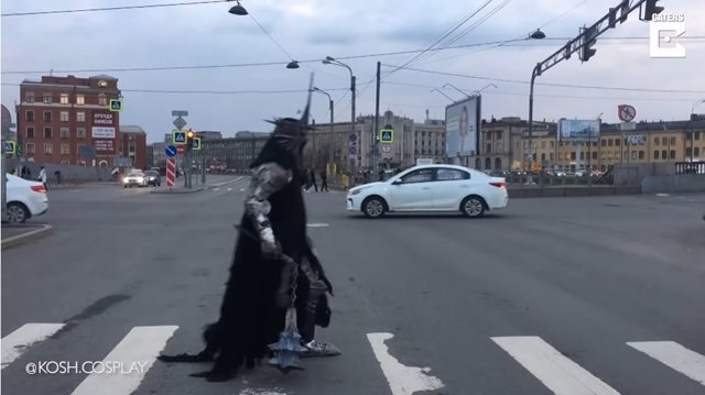 Este ruso va a hacer la compra disfrazado con un traje de El Señor de los Anillos que pesa 20 kilos