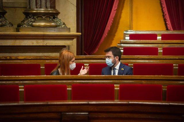 Archivo - Arxiu - La presidenta dels comuns al Parlament, Jéssica Albiach, parla amb el vicepresident del Govern en funcions de president i candidat d'ERC a les eleccions, Pere Aragonés, a la cambra catalana.