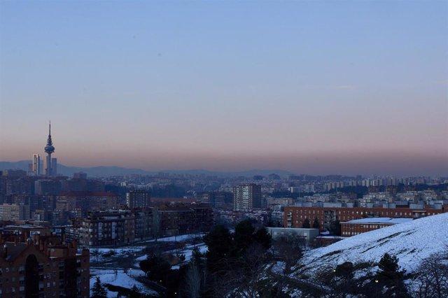 Archivo - Capa de contaminación sobre la ciudad de Madrid, vista desde el Cerro del Tío Pío, a 18 de enero de 2021.