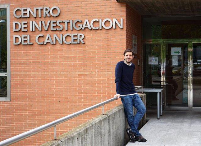 Archivo - El autor principal del estudio, Fernando Calvo Baltanás, en las puertas del Centro de Investigación del Cáncer en Salamanca.