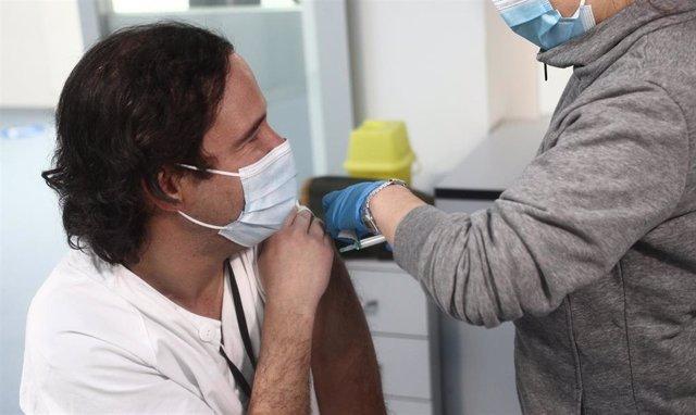Una enfermera vacuna al cardiólogo Borja Ruiz Mateos en las instalaciones del Hospital Enfermera Isabel Zendal, en Madrid, (España), a 12 de enero de 2021. Hoy es el tercer día que se están administrando vacunas en este hospital después de que la gran nev