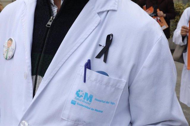 Archivo - Detalle de un lazo negro colgado en la bata de un médico durante la concentración de componentes de la Asociación de Médicos y Titulados Superiores de Madrid (Amyts); de la Confederación Estatal de Sindicatos Médicos (CESM); y del Foro de la Pro