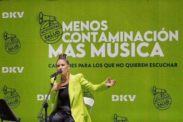 """India Martínez ha presentado su canción """"Dejamos de respirarnos"""" y ha sido la primera voz en sumarse al proyecto de DKV."""