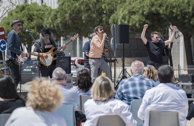 La Fundació Tony Manero ha ofert un concert gratuït a l'Hospital de Bellvitge, a L'Hospitalet de Llobregat (Barcelona) per reconèixer el treball del personal sanitari, aquest dimarts 11 de maig del 2021.