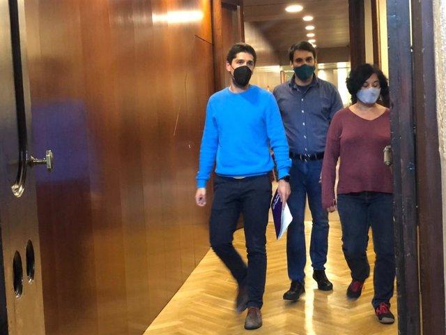 Arxiu - El portaveu del grup dels comuns al Parlament, David Cid, els portaveus adjunts Lucas Ferro i Susanna Segovia al Parlament el 10 de maig del 2021.