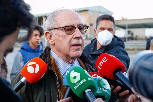 Archivo - El ex ministro de Economía Rodrigo Rato responde a los medios a su salida del centro penitenciario de Soto del Real