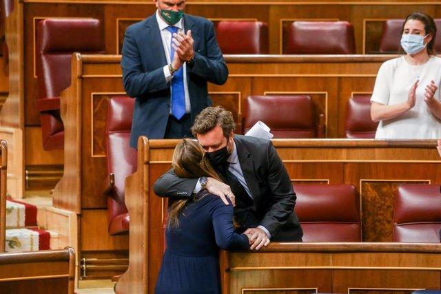 El portavoz de Vox en el Congreso, Iván Espinosa de los Monteros abraza a la diputada de Vox, Cristina Alicia Esteban durante una sesión Plenaria en el Congreso
