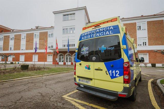 Archivo - Una ambulancia a las puertas de Hospital General San Telmo , en Palencia, Castilla y León, a 31 de enero de 2021.