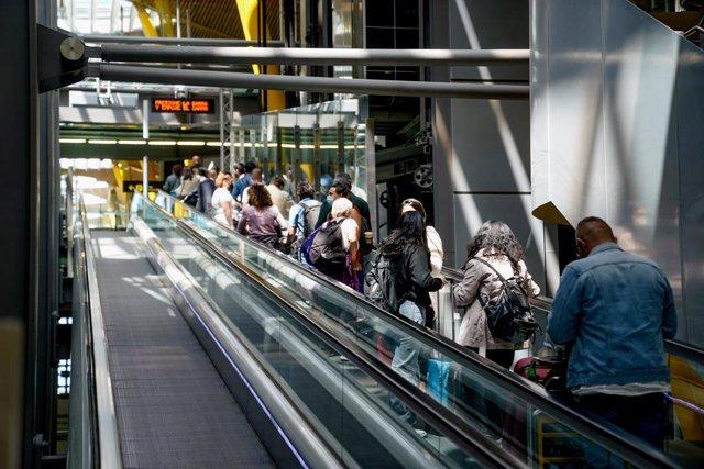 Varias personas en la T4 del aeropuerto Adolfo Suárez, Madrid-Barajas durante el primer día laboral tras el estado de alarma, a 10 de mayo de 2021, en Madrid (España).