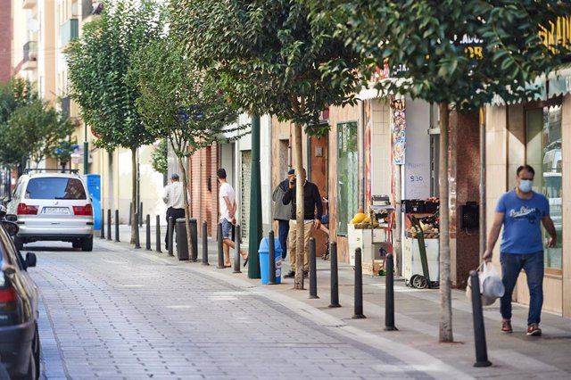 Archivo - Transeúntes pasean por las calles