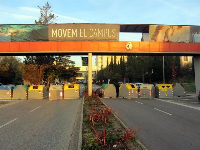 Archivo - Arxiu - Estudiants de la UAB tallen els accesos al campus.