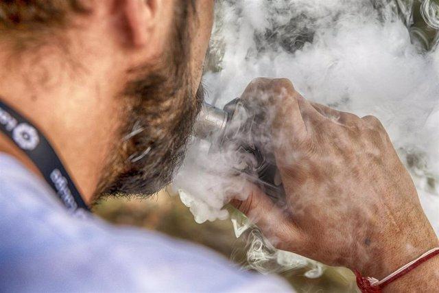 Archivo - R.Unido.- Los fumadores que cambian al vapeo aumentan la salud del corazón en un mes, según un ensayo médico
