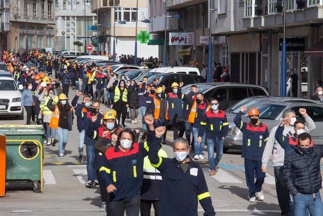 Archivo - Trabajadores de Alcoa durante la marcha desde la Casa do Concello de Burela hasta la oficina del INEM de la localidad para visibilizar lo que serían más de 1000 solicitantes de empleo en la comarca de A Mariña, en Burela, a 22 de octubre de 2020