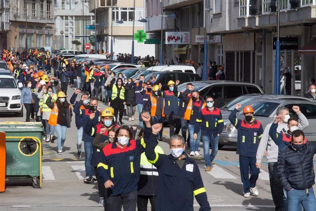 Archivo - Arquivo - Traballadores de Alcoa durante a marcha desde a Casa do Concello de Burela até a oficina do INEM da localidade para visibilizar o que serían máis de 1000 solicitantes de emprego na comarca da Mariña, en Burela, a 22 de outubro de 2020