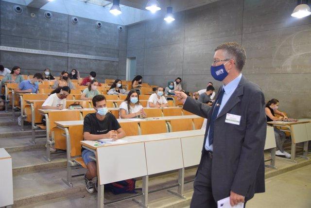 Archivo - Arxiu - Un professor supervisa les proves de l'EBAU a la Universitat Politècnica de Cartagena.