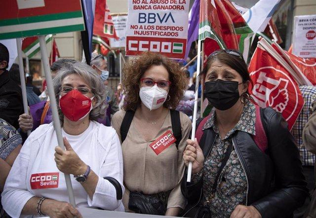 La secretaria general de CCOO-A, Nuria López (c) junto a los trabajadores de BBVA durante la concentración ante una de las oficinas en contra de los despidos, a 10 de mayo de 2021, en Sevilla (Andalucía, España). E